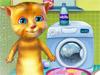 Кот Джинжер стирает одежду