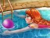 Анна отдыхает в бассейне